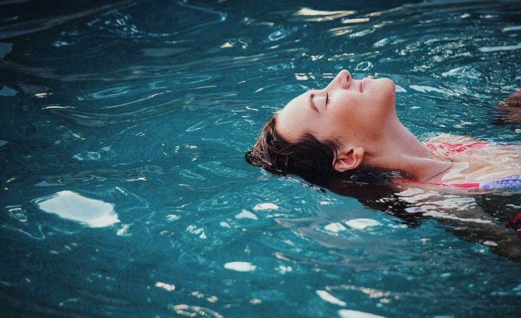 العناية بالشعر في الصيف: طرق لحماية شعرك من اشعة الشمس في فصل الصيف